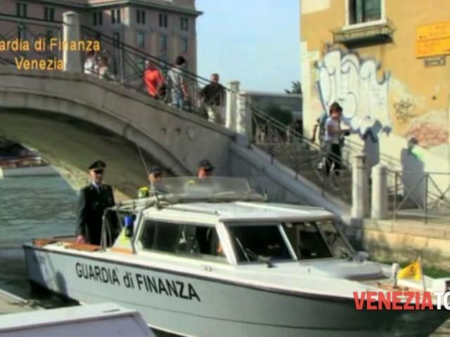 Guide turistiche non autorizzate e tour in barca con aperitivo abusivi: raffica di multe a Venezia