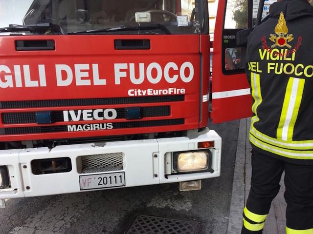 Incendio a Sant'Andrea delle Fratte: a fuoco azienda di riciclo auto. Interviene anche l'Arpa