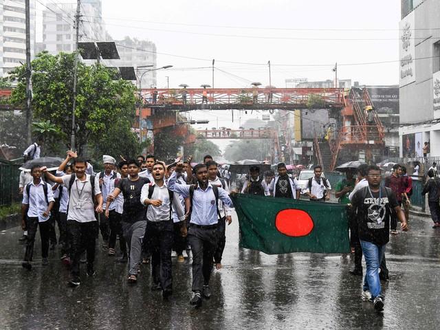 """Studenti-vigili controllano auto e patenti. La protesta """"stradale"""" blocca il Bangladesh"""