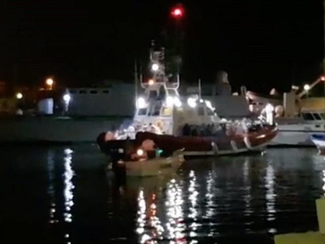 Open Arms, dopo 16 giorni di mare sono sbarcati a Lampedusa i 27 minori non accompagnati