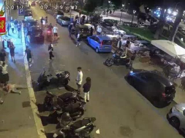 Bari, raid omofobo nella piazza della movida, calci e pugni contro coppia gay. Presi due ventenni
