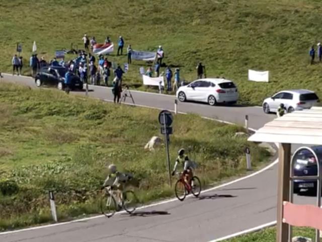 """Clamorosa protesta a Passo Sella """"flash mob"""" ambientalista """"basta auto, solo biciclette"""""""
