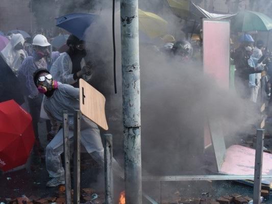 Politecnico sotto assedio a Hong Kong. La polizia minaccia l'uso della forza