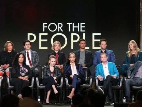 """For The People cancellata da ABC, il legal drama di Shonda Rhimes fa flop: l'attore Ben Rappaport contro """"l'industria dello spettacolo"""""""