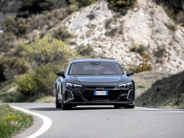 Audi RS e-tron GT in viaggio: autonomia reale, prestazioni e IONITY | Video