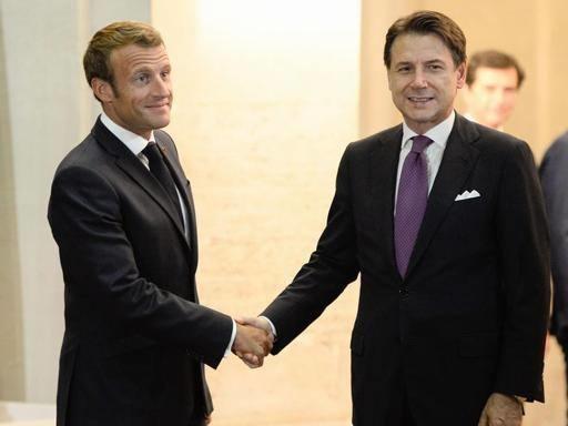 Napoli, Conte e Macron al San Ferdinando. Il presidente francese: «Amo Napoli e De Filippo»