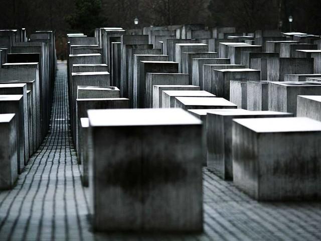 Facebook metterà (finalmente) al bando i contenuti che inneggiano o negano l'olocausto