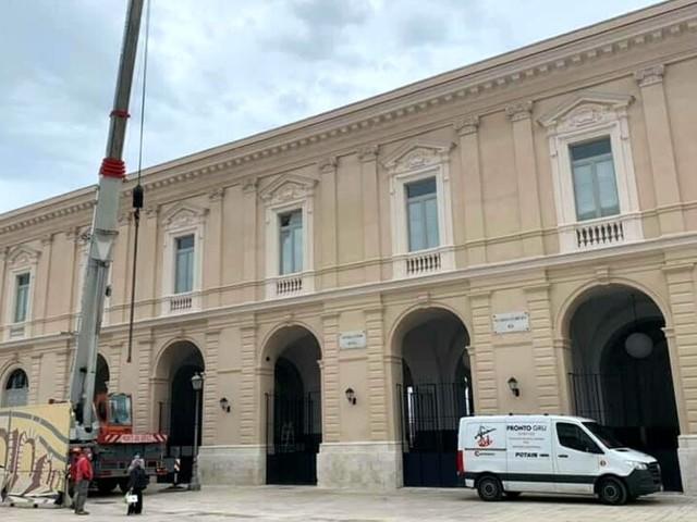 Ultimi ritocchi al nuovo Mercato del Pesce: smantellati recinzione e murales, dopo 3 anni piazza del Ferrarese è 'libera'