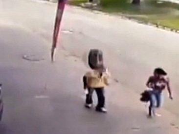 La ruota si stacca dall'auto e si trasforma in un proiettile. Le drammatiche immagini dell'incidente