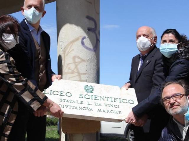 Civitanova, la targa dell'ex Liceo scientifico trasloca: al via i lavori di demolizione della scuola (VIDEO e FOTO)