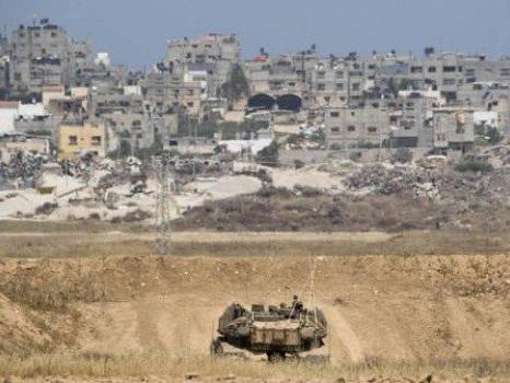 Militari uccidono tre palestinesi al confine che divide la Striscia di Gaza