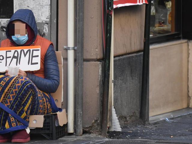 Genova, multe ai poveri in coda per la mensa