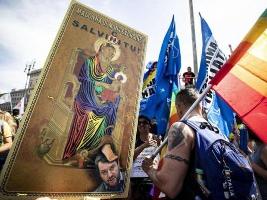 Roma pride: sfilano i partecipanti intonando cori contro Salvini e la Lega, al canto di Bella Ciao