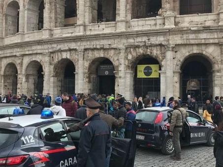 Roma, sorpresi a derubare i turisti in Centro: arrestati cinque borseggiatori