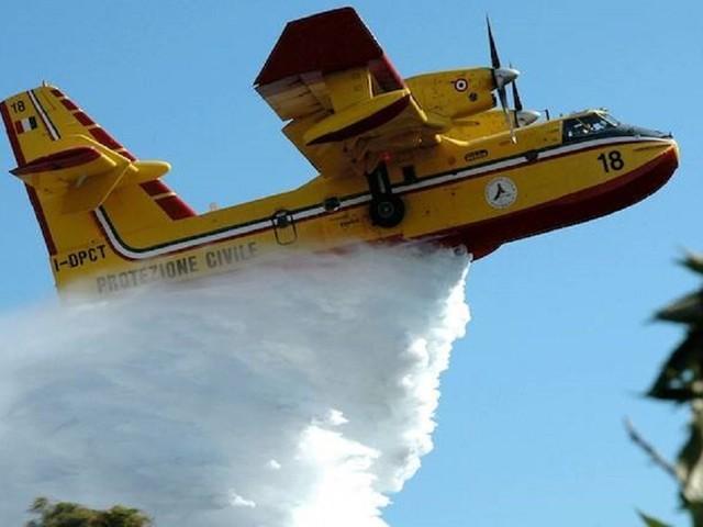 Brucia l'Isola della vacanze, evacuate 400 persone. Vigili del fuoco lottano contro le fiamme