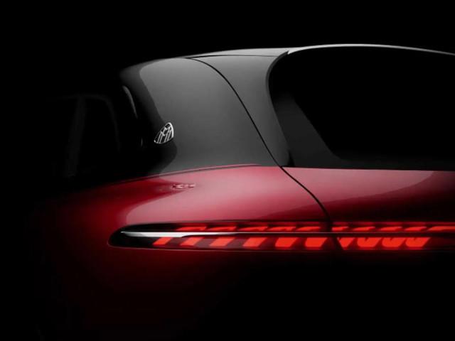 Mercedes mostra il SUV elettrico EQS marchiato Maybach