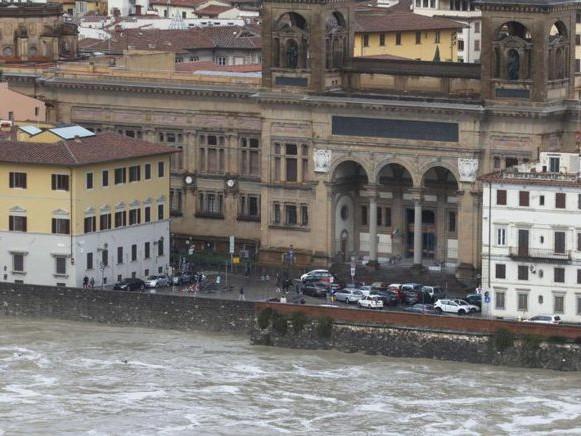 Venezia conta i danni, è tregua a Firenze ma deraglia treno in Val Pusteria