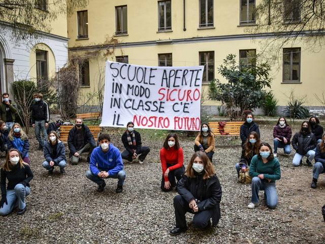 Milano, licei occupati contro la didattica a distanza