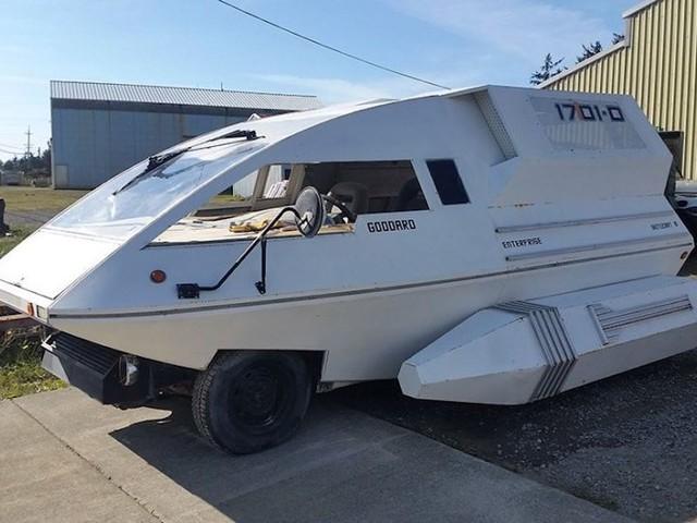 Un van Ford trasformato in navetta di Star Trek