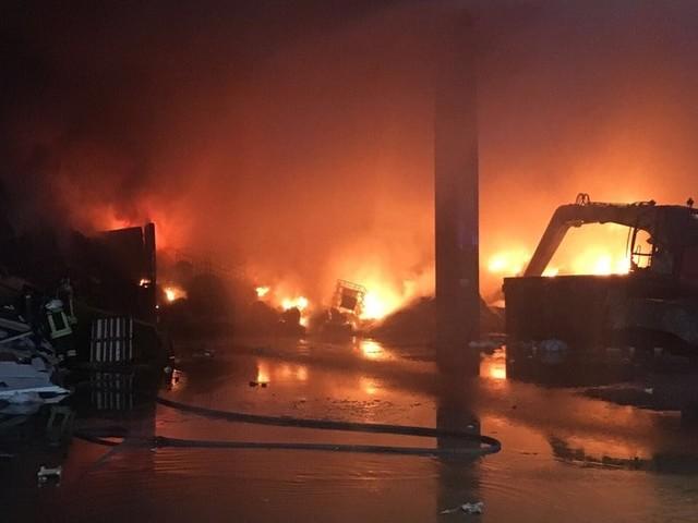 Rogno, incendio in azienda di rifiuti: sos nube tossica, sindaco ordina finestre chiuse