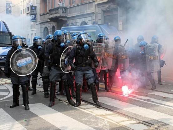 Manifestazione antifascista a Milano: scontri tra polizia e antagonisti