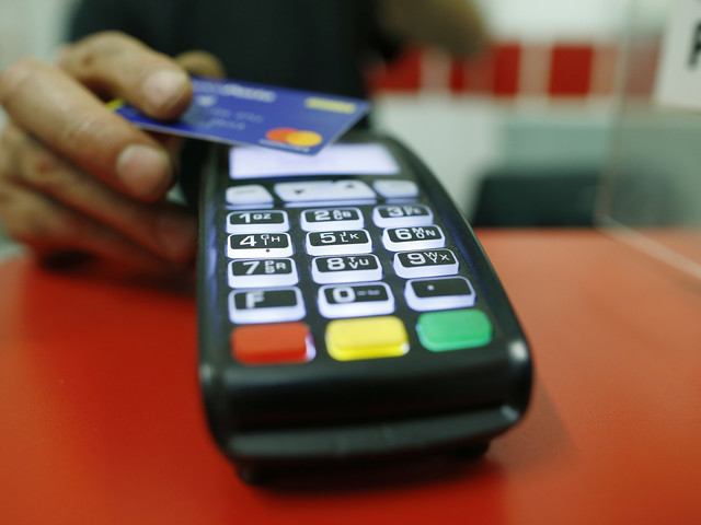 Arriva il salasso sui pagamenti Cambia il conto con i contanti