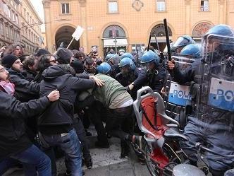 Bologna, via il presidio contro la manifestazione di Fn: scontri tra polizia e collettivi