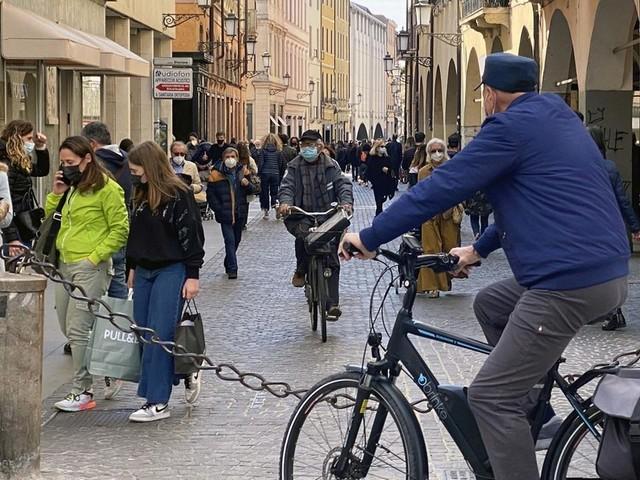 Primo weekend con i negozi aperti Padovani in centro ma poco shopping
