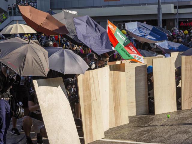 Continua la protesta a Hong Kong ma Pechino avverte i manifestanti: «Chi gioca con il fuoco muore»