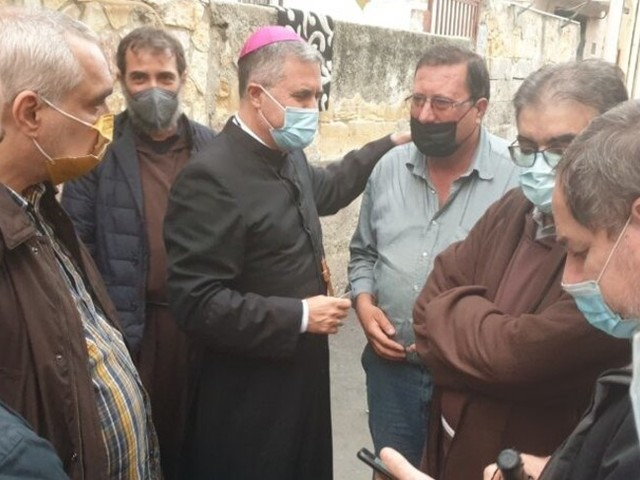 """""""Ciao, sono don Corrado"""". Il vescovo nelle case di Palermo"""