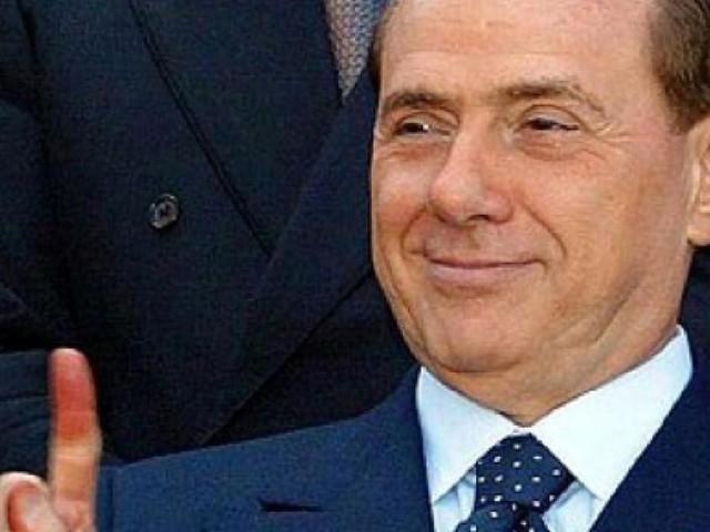 Berlusconi rivela di avere perso una gara di pipì, ecco il racconto