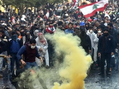 Libano: proteste a Beirut, 400 feriti