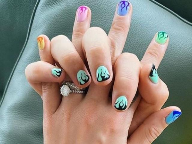 Fedez imita Chiara Ferragni con una nail art da brivido