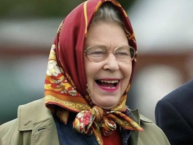 Alcuni turisti non riconoscono la Regina Elisabetta in abiti formali e lei si burla di loro