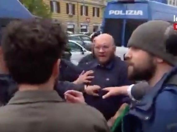 Il militante di Forza Nuova che dà uno schiaffo a un ragazzo davanti a Roberto Fiore e alla polizia | VIDEO