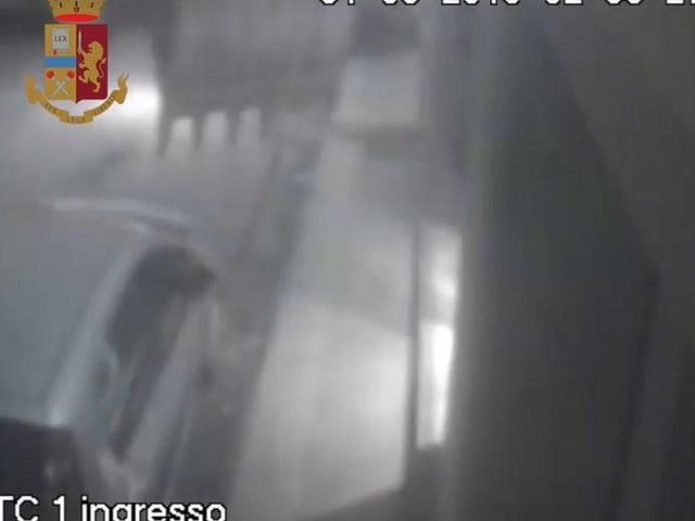 Trapani, criminali scardinano il bancomat con l'escavatore | video