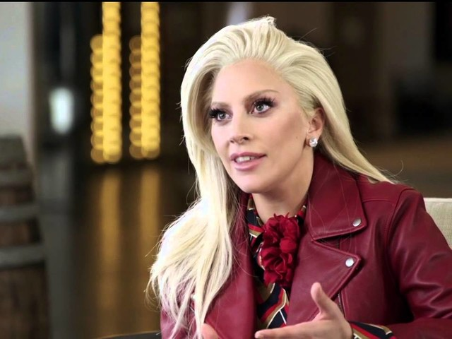 Lady Gaga cade dal palco insieme a un fan durante uno show a Las Vegas