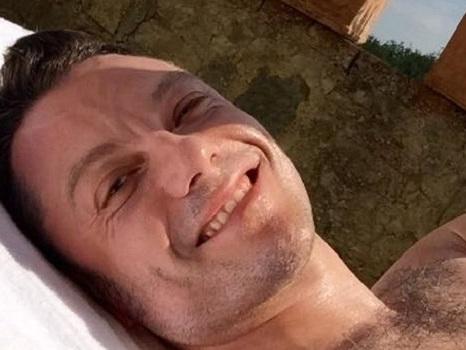 Le autocitazioni di Tiziano Ferro introducono l'estate con una foto bollente prima di nuova musica