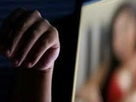 «Dammi 800 euro al mese o dico tutto a tua moglie», ricatta l'amante per anni: 39enne romena nei guai