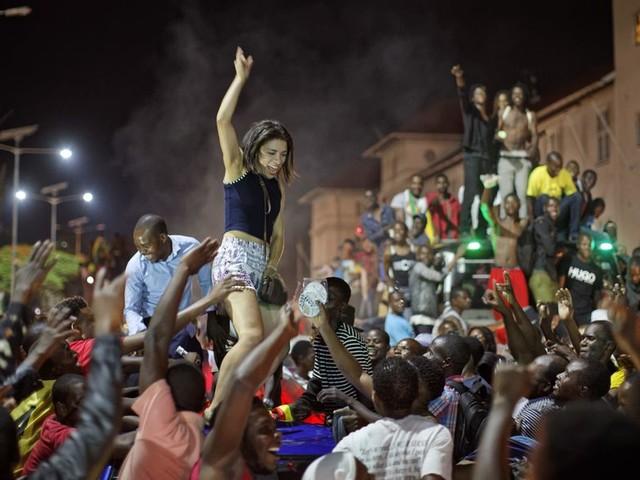 Volksfeest na aftreden van Mugabe