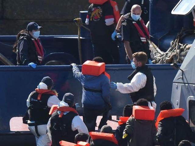 Groot-Brittannië stuurt toch geen immigranten naar afgelegen eiland