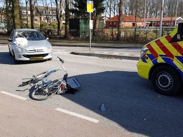 Fietsster gewond bij aanrijding met auto in Enschede