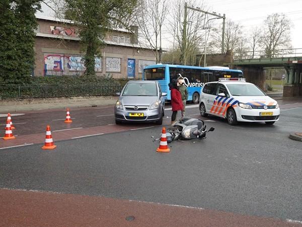 Auto rijdt scooter omver in Deventer, bestuurder naar ziekenhuis