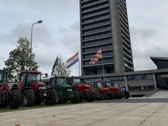 Boeren tóch met ruim honderd trekkers naar provinciehuis: 'We gaan voor grof geschut'