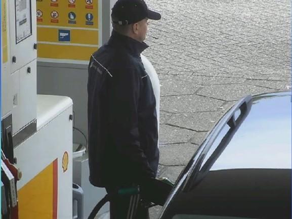 Beelden van benzinedief in Zwolle, wie herkent de man met de VW Golf Variant?