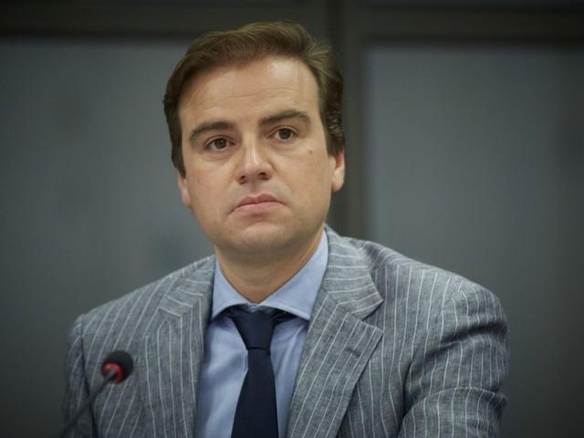 De druk op de staatssecretaris van asielzaken is te groot, vindt de eigen VVD