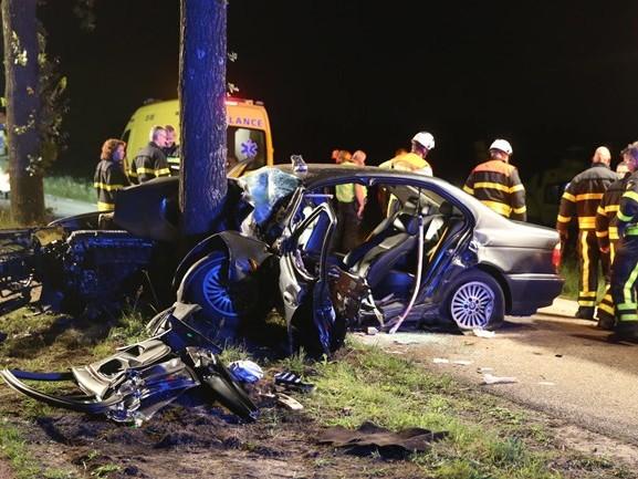 Man zit urenlang bekneld in auto na crash tegen boom