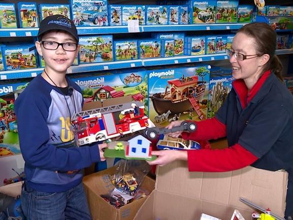 Jayden (12) neemt ingezamelde dozen met Playmobil in ontvangst: 'Dat is veel!'