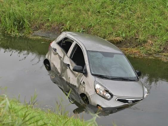Auto raakt van de weg en belandt in de sloot, bestuurster gewond naar ziekenhuis