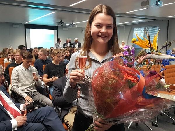 Anna Spijkervet (16) uit Wanneperveen beëdigd tot jeugddijkgraaf